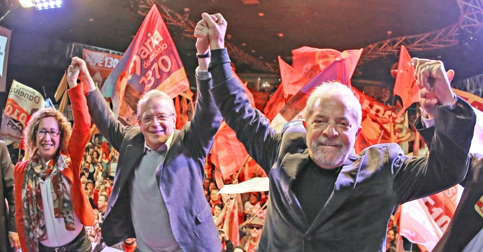18.set.2014 - O ex-presidente Lula participa de comício ao lado do governador do Rio Grande do Sul e candidato à reeleição Tarso Genro (PT) em Caxias do Sul (RS), nesta quinta-feira (18)