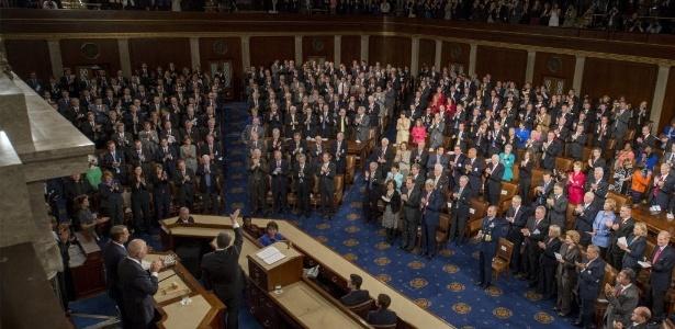 18.set.2014 - O presidente ucraniano, Petro Poroshenko (acenando à esq.), agradece aos aplausos após um discurso no Capitólio, em Washington, nos Estados Unidos