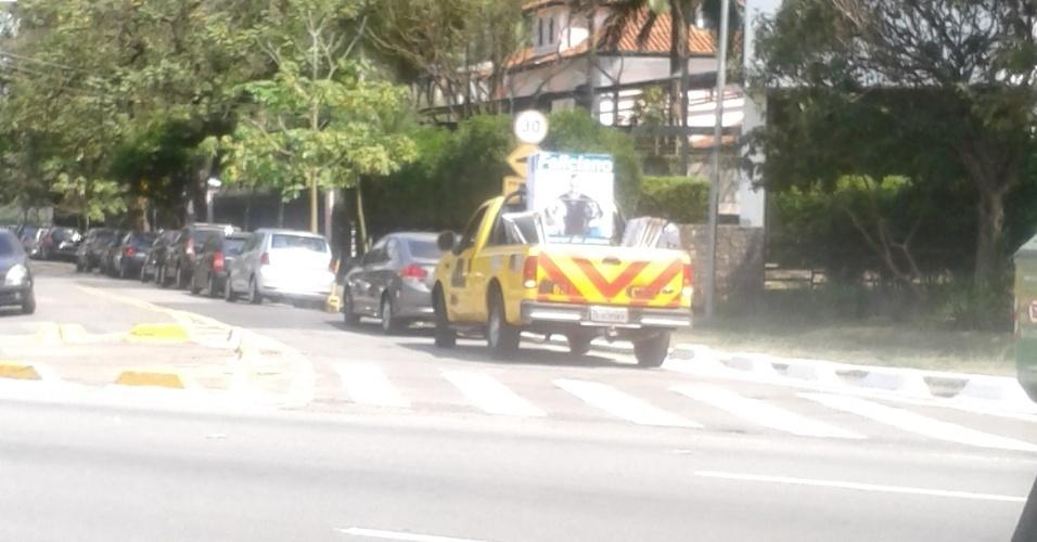 Candidatura do deputado estadual Feliciano Filho (PEN-SP) utiliza carro com cores e símbolos da CET para distribuir cavaletes pelas ruas de São Paulo