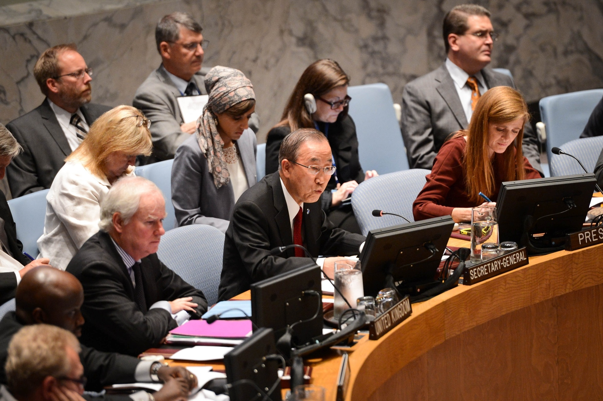 19.set.2014 - A ONU anunciou a criação de uma missão de emergência para combater o ebola, que terá como função a coordenação dos esforços internacionais na luta contra o surto da doença na África. O anúncio foi feito pelo secretário-geral da ONU, Ban Ki-moon, durante uma reunião do Conselho de Segurança das Nações Unidas. A operação será chamada de Missão das Nações Unidas para a Resposta de Emergência ao Ebola (UNMEER, na sigla em inglês) e terá cinco prioridades: conter o surto, assistir os infectados, garantir a prestação de serviços básicos, preservar a estabilidade sanitária e prevenir novos casos da doença