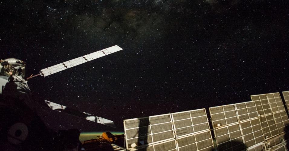19.set.2014 - Membro da tripulação a bordo da Estação Espacial Internacional (ISS) captura imagem de céu estrelado. O painel branco (esquerda) pertencente à nave espacial ATV-5, que está acoplada à ISS