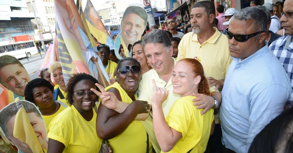 19.set.2014 - O candidato ao governo do Estado do Rio de Janeiro Anthony Garotinho (PR) faz pose para foto ao lado de eleitoras durante caminhada em Madureira, na zona norte do Rio, nesta sexta-feira