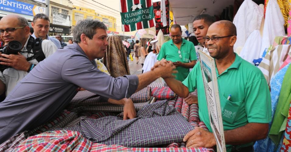 19.set.2014 - O candidato ao governo do Rio de Janeiro pelo PT, senador Lindberg Farias, cumprimenta comerciante durante caminhada em Madureira, na zona norte do Rio, nesta sexta-feira