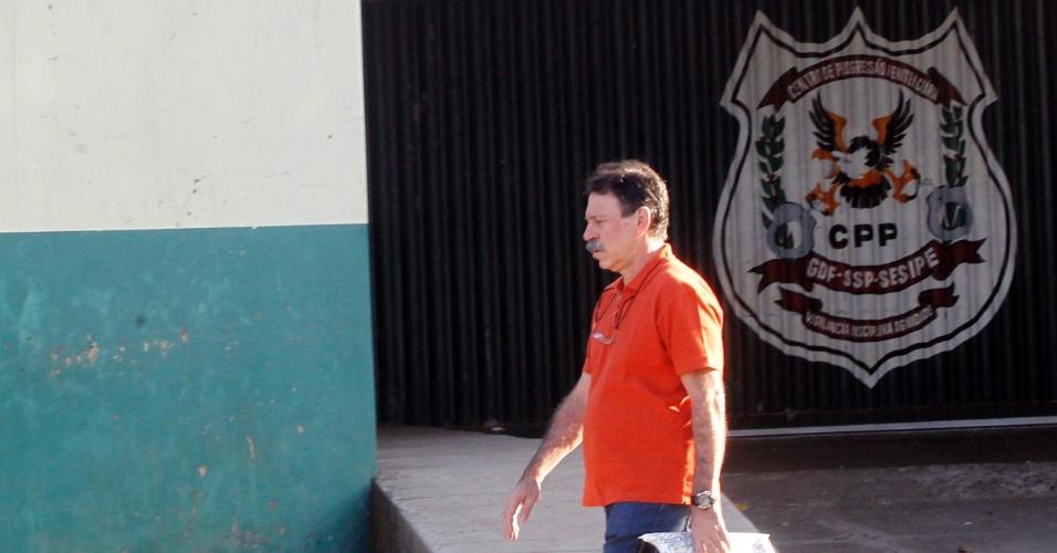 19.set.2014 - O ex-tesoureiro do PT condenado no julgamento do mensalão, Delúbio Soares, saiu hoje do CPP (Centro de Progressão Penitenciária) para trabalhar na sede da CUT (Central Única dos Trabalhadores), nesta sexta-feira (19). Na última quinta-feira (18), o procurador-geral da República, Rodrigo Janot, enviou ao Supremo Tribunal Federal parecer no qual defende a concessão do regime aberto ao ex-tesoureiro. Se o parecer for aceito pelo ministro Luís Roberto Barroso, responsável por julgar as execuções penais do processo, Delúbio vai cumprir a pena em casa
