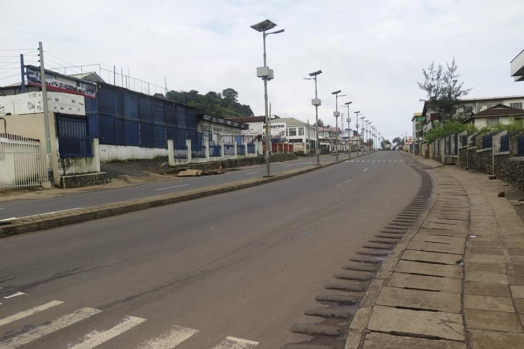 19.set.2014 - Rua fica vazia no início de um confinamento nacional de três dias em Freetown, em Serra Leoa. O país decretou que toda a população fique em casa em um esforço para conter a disseminação do vírus ebola