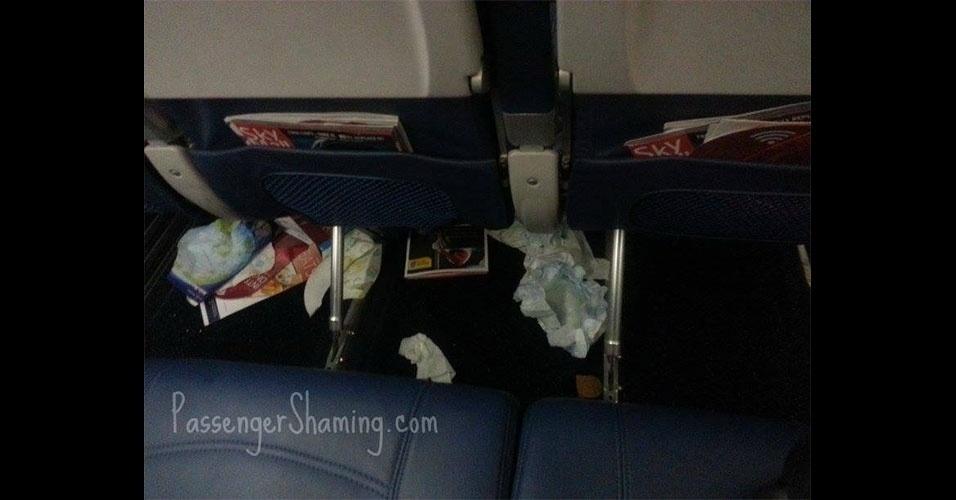 """A página """"Passenger Shaming"""" (vergonha dos passageiros, em tradução livre) no Facebook reúne imagens enviadas por internautas de situações vexatórias em aviões ou em aeroportos. Não faltam pessoas descalças, peças de roupas íntimas, perucas perdidas e sujeira em bancos"""