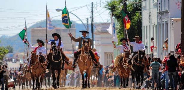 Desfile de 20 de setembro dificultaria chegada de jogadores ao CT do Internacional