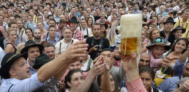 Visitantes disputam a primeira caneca de cerveja da Oktoberfest na Alemanha