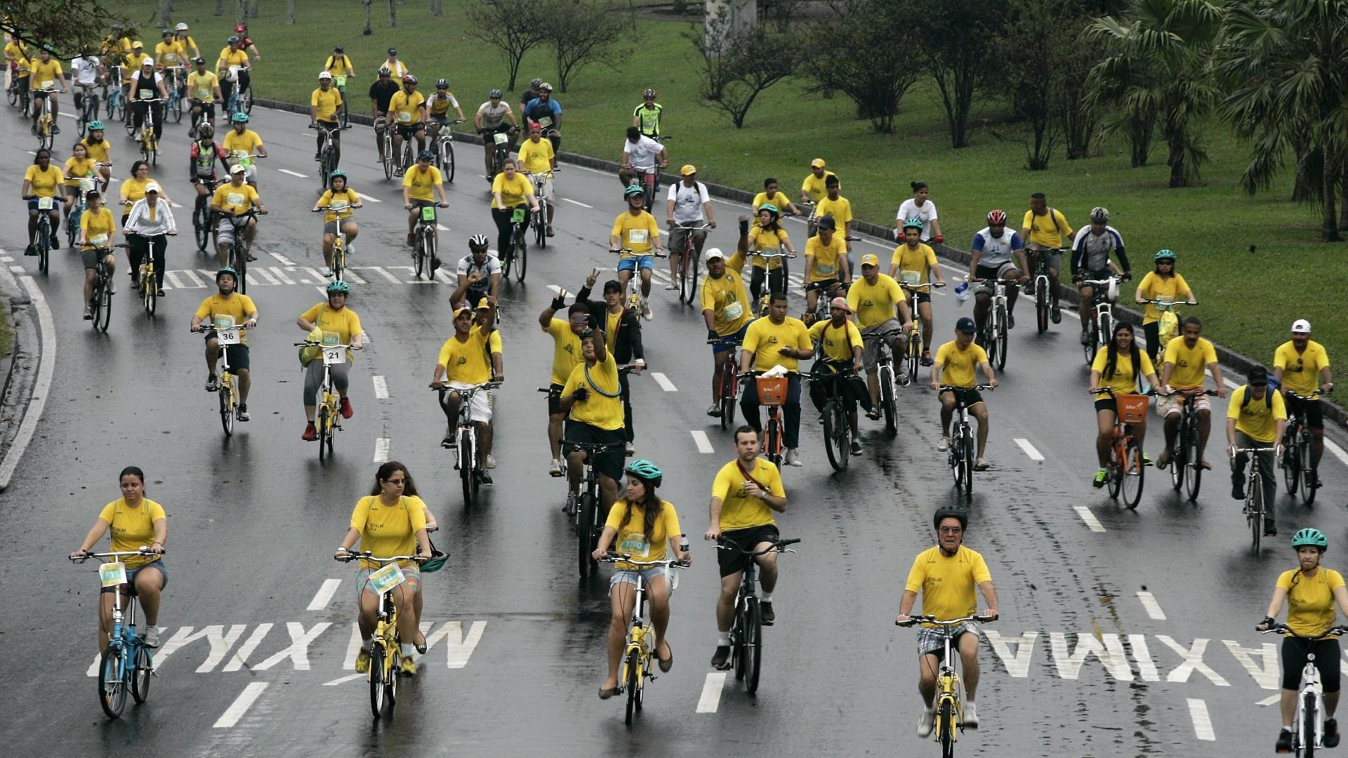 21.set.2014 - A chuva e a baixa temperatura não desanimaram os cariocas que participaram da 27ª edição do passeio ciclístico