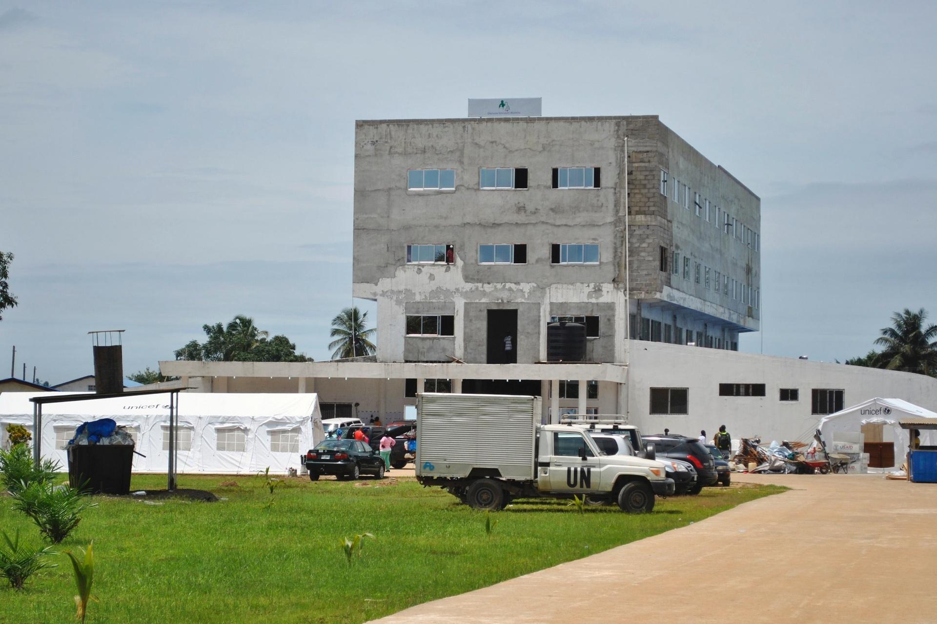 21.set.2014 - Na tentativa de acabar com a transmissão do vírus ebola, centro de tratamento é construído em Monrovia, na Libéria. Segundo os últimos dados da OMS (Organização Mundial da Saúde), a doença já matou 2.461 pessoas e afetou quase 5.000 na África