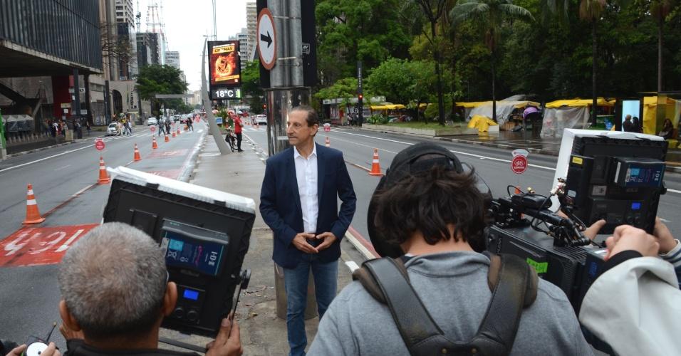 21.set.2014 - O candidato do PMDB ao governo de São Paulo, Paulo Skaf, grava programa eleitoral na avenida Paulista, região central da capital, na manhã deste domingo (21)