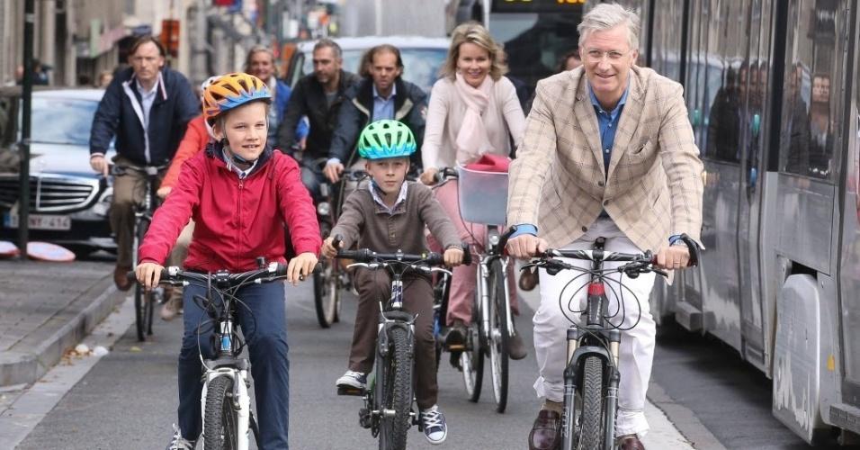 21.set.2014 - Os príncipes belgas, Emmanuel e Gabriel, andam de bicicleta com os pais, a rainha Mathilde e o rei Philippe, na Semana da Mobilidade, que antecede o Dia Mundial sem Carro, neste domingo (21), em Bruxelas, na Bélgica