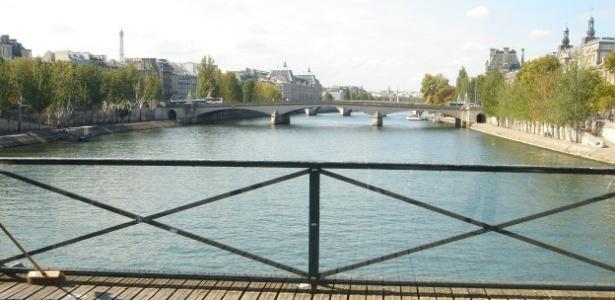 A prefeitura de Paris está trocando as antigas grades de ferro por painéis de vidro nas pontes - BBC Brasil