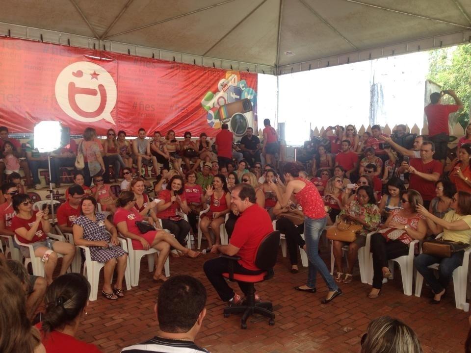 14.set.2014 - O candidato do PT ao governo do Acre, Tião Viana (centro), participa do evento Arena Digital com profissionais da área de Educação