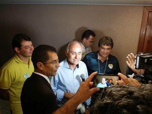 17.set.2014 - O candidato do DEM ao governo do Acre, Tião Bocalom, chega para participar de debate na TV Rio Branco. Segundo o site