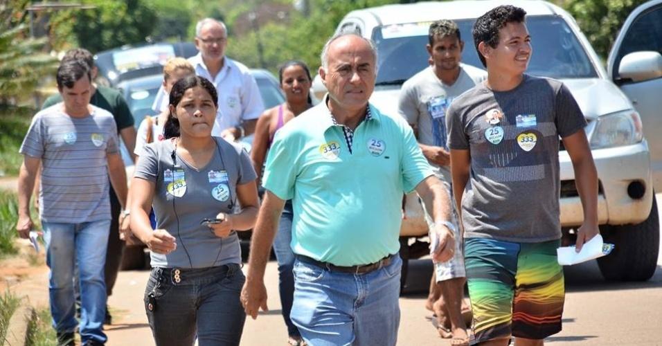 17.set.2014 - O candidato do DEM ao governo do Acre, Tião Bocalom, visita a Vila do Incra, em Porto Acre, para apresentar suas propostas para o Estado