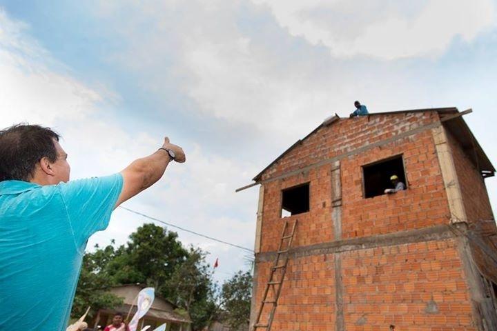 19.set.2014 - O candidato do PSDB ao governo do Acre, Márcio Bittar, cumprimenta eleitores durante caminhada pelo bairro José Hassem, na cidade de Epitaciolândia, na fronteira do Acre com a Bolívia