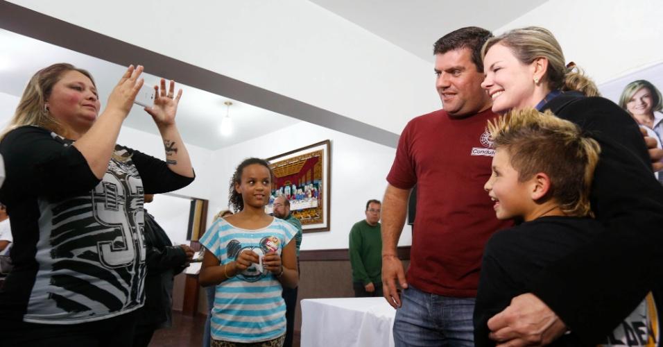 20.set.2014 - A senadora Gleisi Hoffmann, candidata do PT ao governo do Paraná, conversa com católicos na igreja Sagrada Família em Curitiba neste sábado