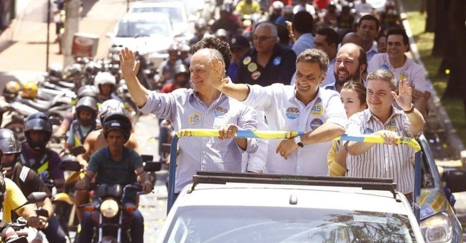 20.set.2014 - Candidato ao governo de Minas Gerais Pimenta da Veiga (à esq.) faz campanha ao lado do candidato à Presidência Aécio Neves (centro), ambos do PSDB, na região metropolitana do Vale do Aço, neste sábado