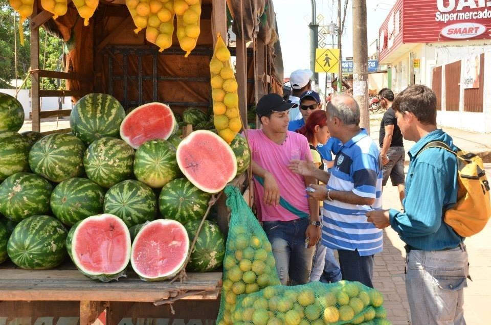 20.set.2014 - O candidato do DEM ao governo do Acre, Tião Bocalom, participa de caminhada para apresentar propostas para comerciantes e moradores da via Chico Mendes, em Rio Branco