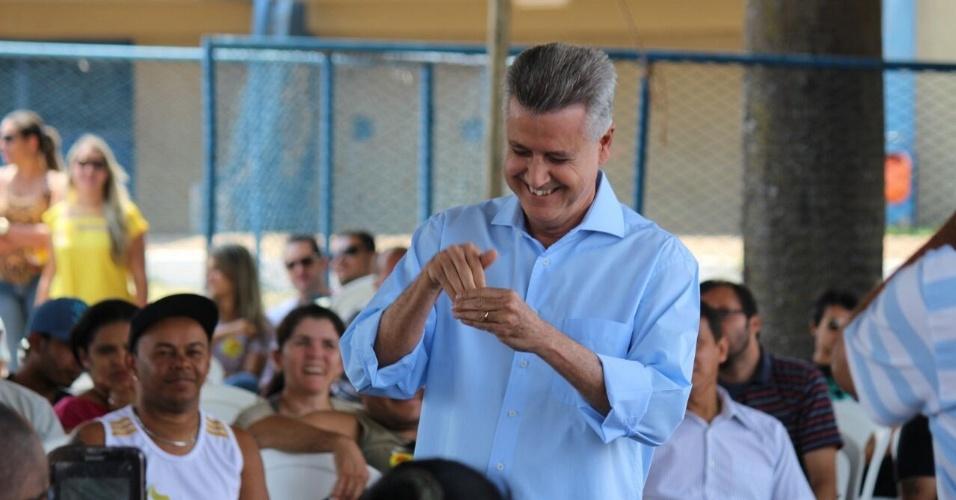 20.set.2014 - O candidato do PSB ao governo do Distrito Federal, Rodrigo Rollemberg, faz gesto na língua de sinais durante evento de campanha