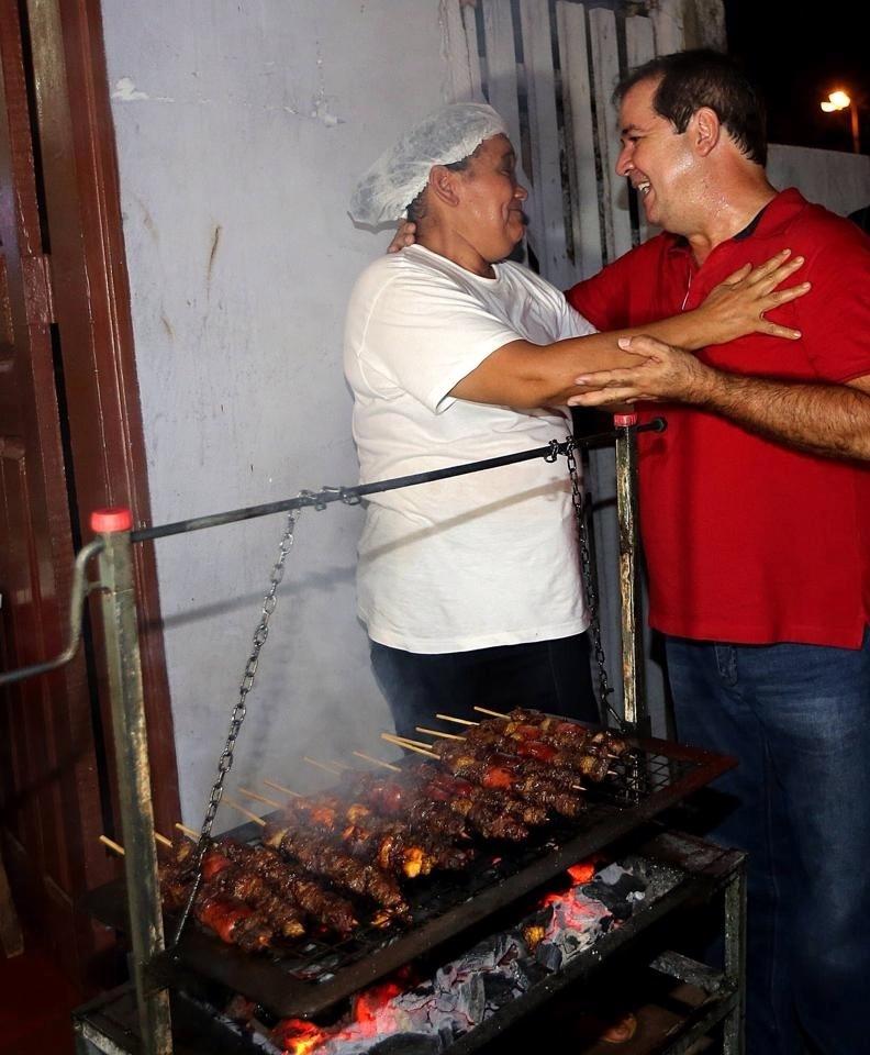 20.set.2014 - O candidato do PT ao governo do Acre, Tião Viana, abraça eleitora durante caminhada no bairro de São Francisco, em Rio Branco