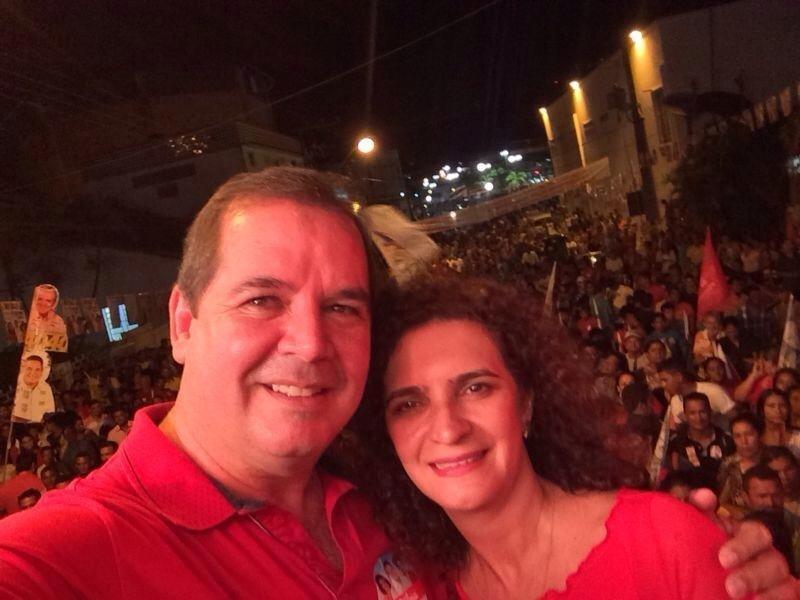20.set.2014 - O candidato do PT ao governo do Acre, Tião Viana, tira um selfie com sua mulher, Marlúcia Cândida, em ato de campanha em Cruzeiro do Sul, no Acre