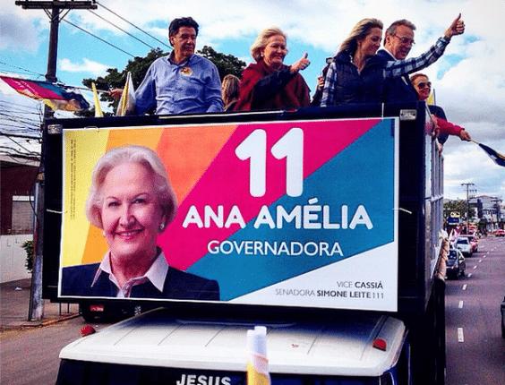 21.set.2014 - A candidata do PP ao governo do Rio Grande do Sul, Ana Amélia Lemos, participa de carreata pelos bairros Sarandi e Passo das Pedras, em Porto Alegre, neste domingo