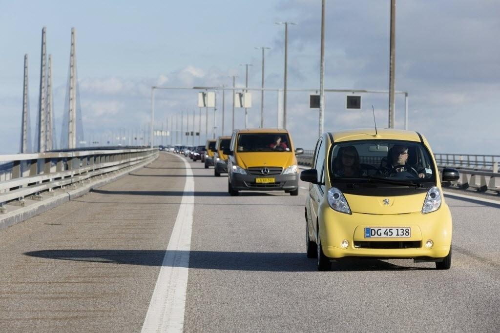 21.set.2014 - Na Semana da Mobilidade, 130 carros elétricos cruzam a ponte Oresunds, entre a Dinamarca e a Suécia. O evento, além de promover o uso de meios de transportes não-poluentes, busca entrar no Guinness Book, o livro dos recordes, com a maior carreata composta por veículos elétricos