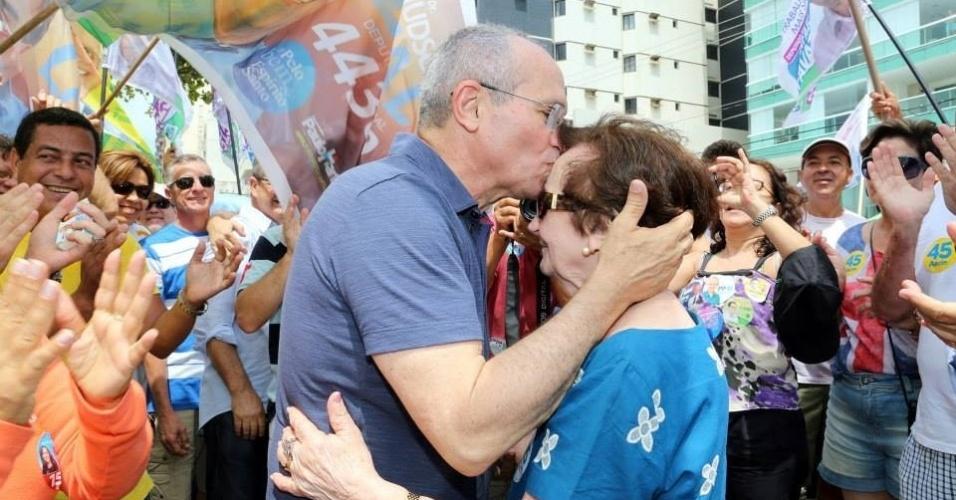 21.set.2014 - O candidato do PMDB ao governo do Espírito Santo, Paulo Hartung, faz campanha neste domingo na cidade de Vila Velha, na região metropolitana de Vitória