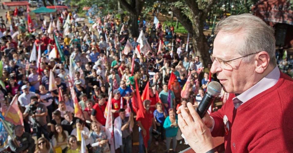 21.set.2014 - O candidato do PT ao governo do Rio Grande do Sul, Tarso Genro, faz campanha na cidade de Santo Ângelo neste domingo