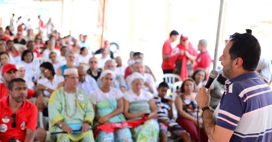 21.set.2014 - O governador do Distrito Federal, Agnelo Queiroz (PT), candidato à reeleição, faz discurso durante encontro com movimentos sociais do Gama