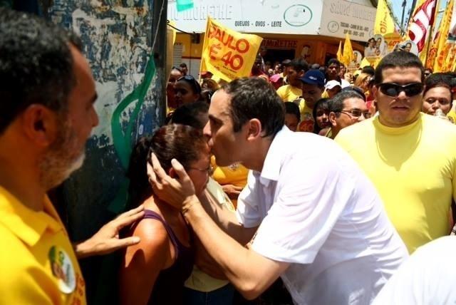 21.set.2014 - Paulo Câmara, candidato do PSB ao governo de Pernambuco, faz campanha neste domingo no bairro de Brasília Teimosa, no Recife