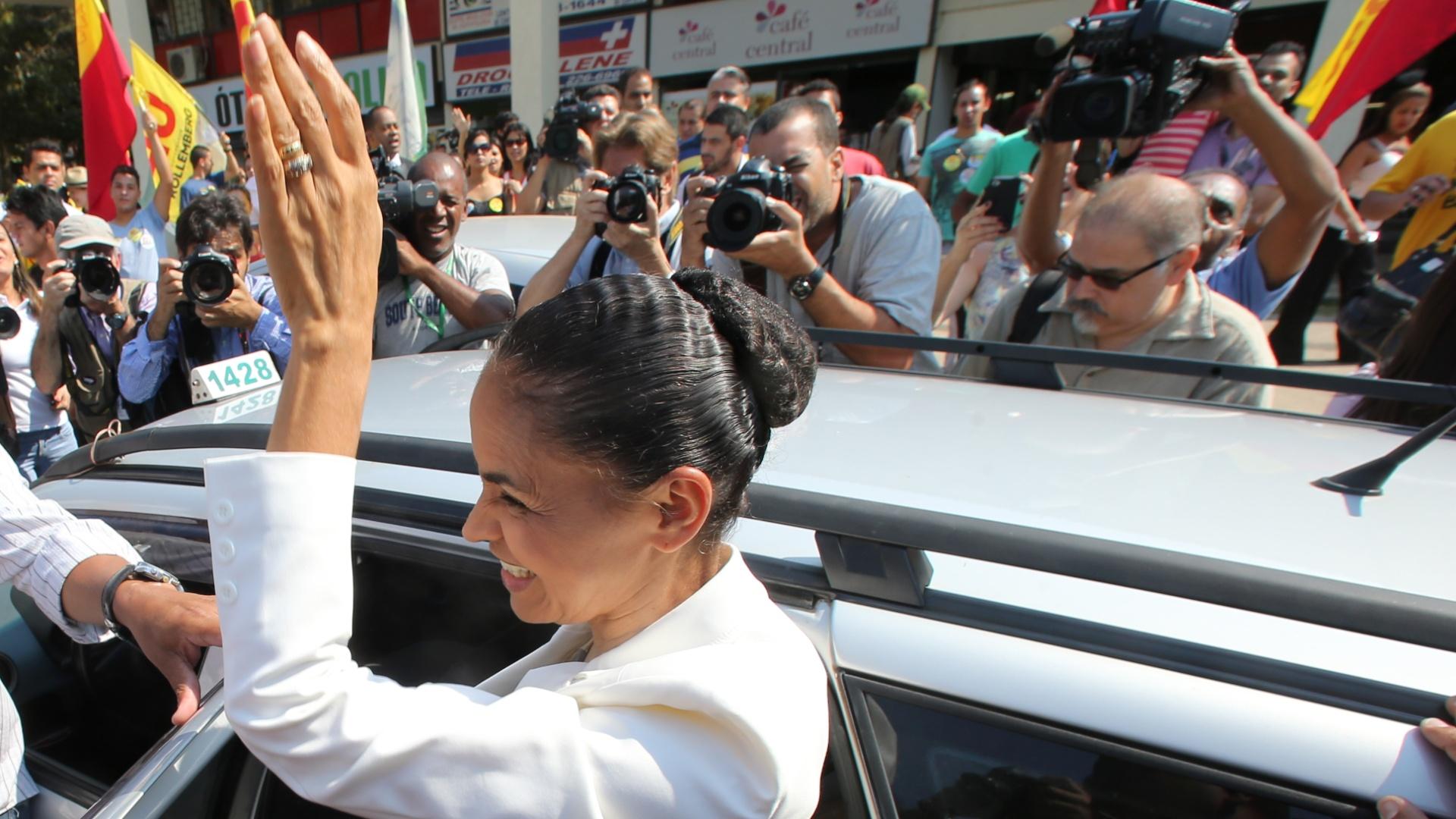 22.set.2014 - A candidata à Presidência da República, Marina Silva (PSB), chega de táxi para a assinatura da ''Carta Compromisso com a Mobilidade Ciclística''. O evento ocorre no ''Dia Mundial Sem Carro'' na área central de Brasília (DF)