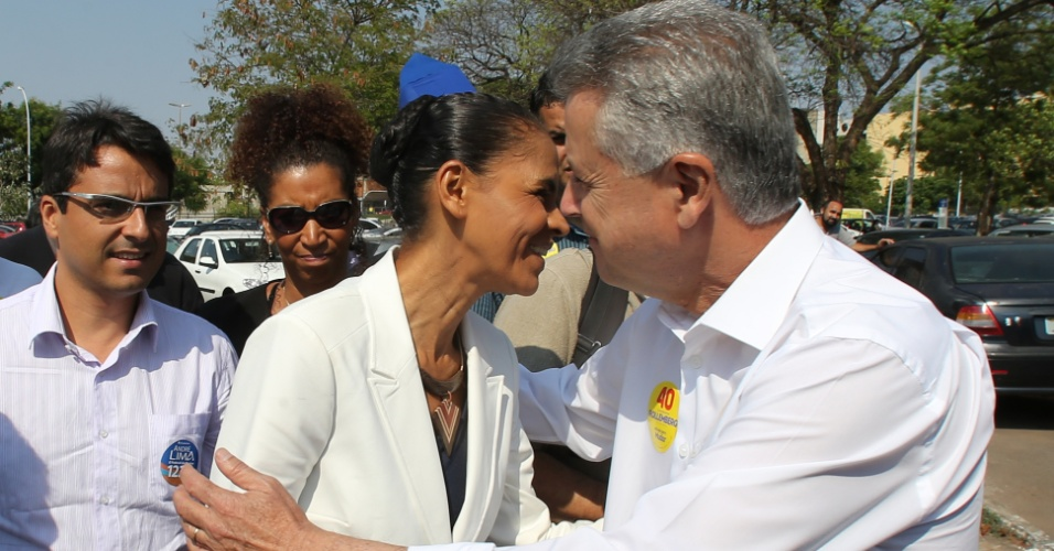 22.set.2014 - A candidata à Presidência da República pelo PSB, Marina Silva, chega a evento do Dia Mundial Sem Carro, em Brasília, com o candidato do PSB ao governo do DF, Rodrigo Rollemberg, Marina chegou de táxi, no Setor Comercial Sul, área central de Brasília