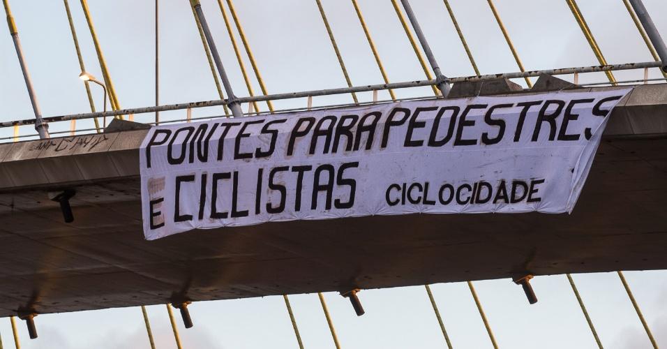 22.set.2014 - Ativistas penduraram na manhã desta segunda-feira (22), na ponte Estaiada, zona sul de São Paulo, uma faixa reivindicando o direito de compartilhamento da ponte entre carros e bicicletas