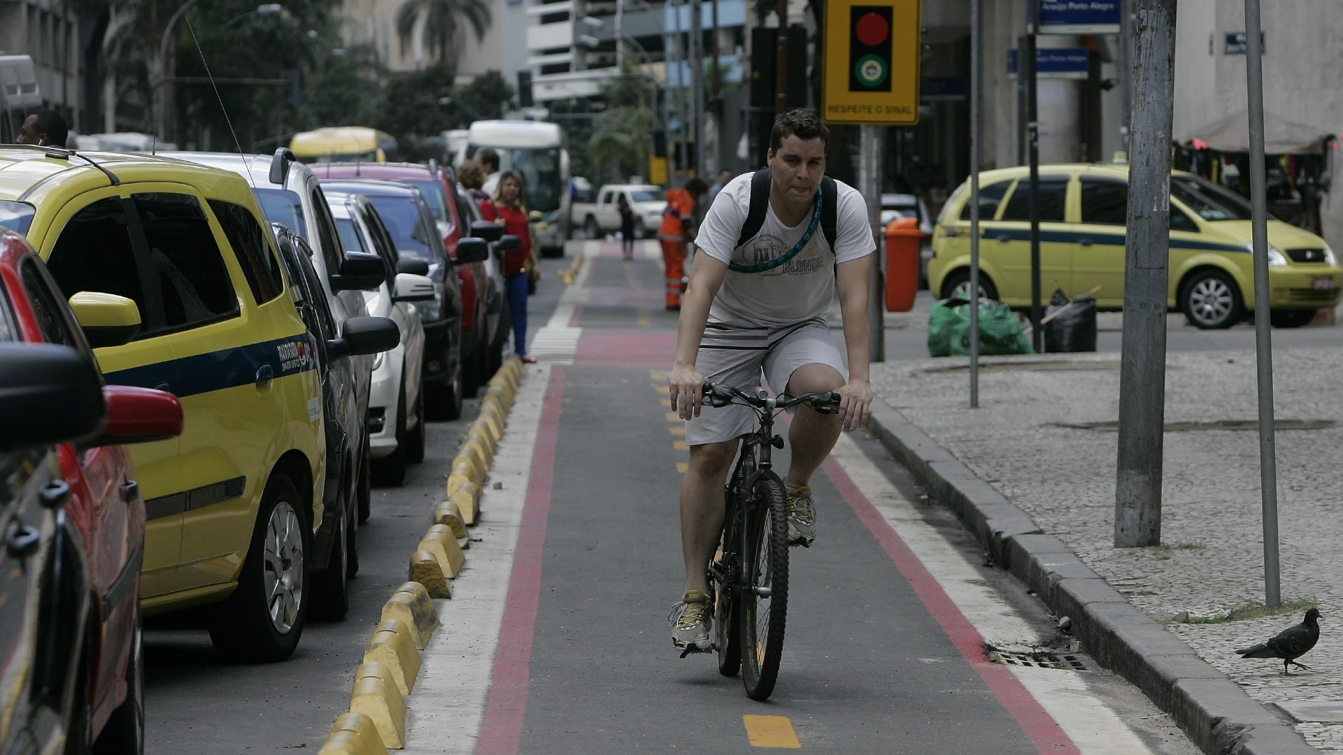 22.set.2014 - Ciclista passa por fila de carros em ciclovia na avenida Graça Aranha, no centro do Rio de Janeiro, no Dia Mundial Sem Carro