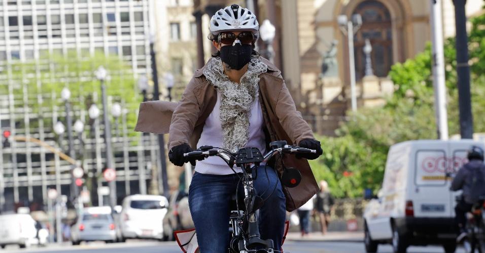 22.set.2014 - Ciclista pedala usando uma máscara no Viaduto do Chá, região central de São Paulo, durante a manhã desta segunda-feira (22), no Dia Mundial Sem Carro