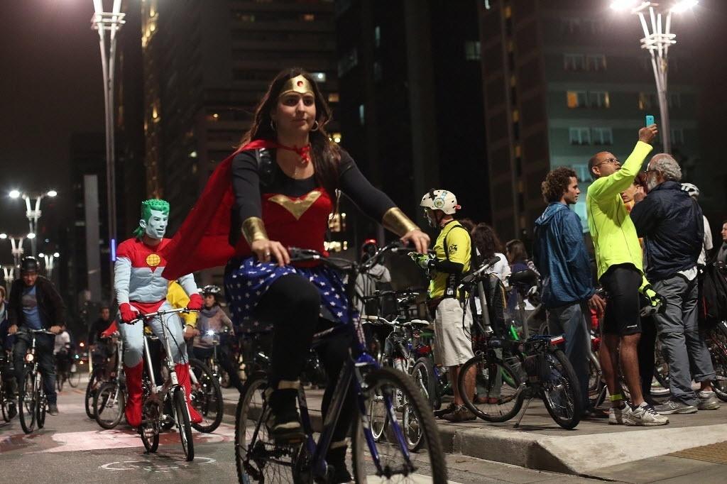 22.set.2014 - Grupo de ciclistas reúne-se nesta segunda-feira (22) na Praça do Ciclista, na Avenida Paulista, região central de São Paulo, para comemorar o Dia Mundial sem Carro