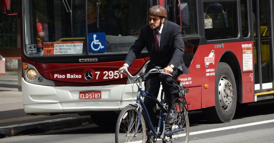 22.set.2014 - Homem de terno e gravata pedala na avenida Paulista, em São Paulo, na manhã desta segunda-feira (22), no Dia Mundial Sem Carro