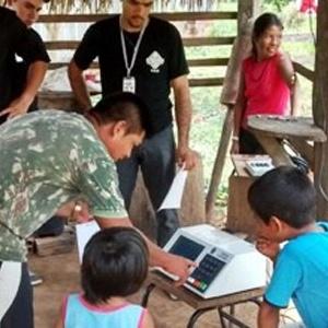 Moradores da aldeia de São Luiz fazem votação simulada com urna eletrônica