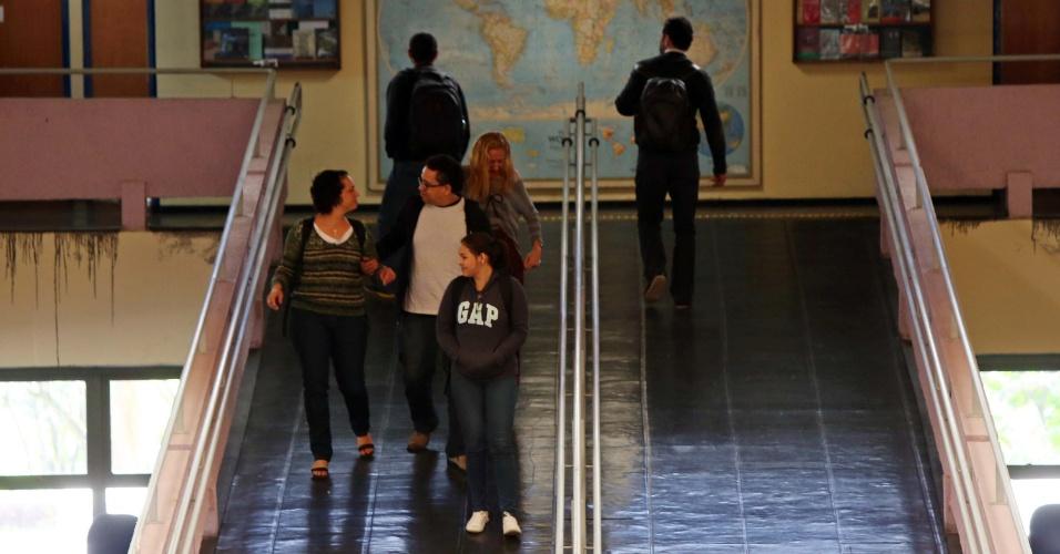 22.set.2014 - Movimentação de alunos no prédio dos cursos de história e geografia na USP (Universidade de São Paulo), na zona oeste de São Paulo, SP, na manhã desta segunda-feira (22). Após uma greve de quase quatro meses, as aulas retornaram hoje
