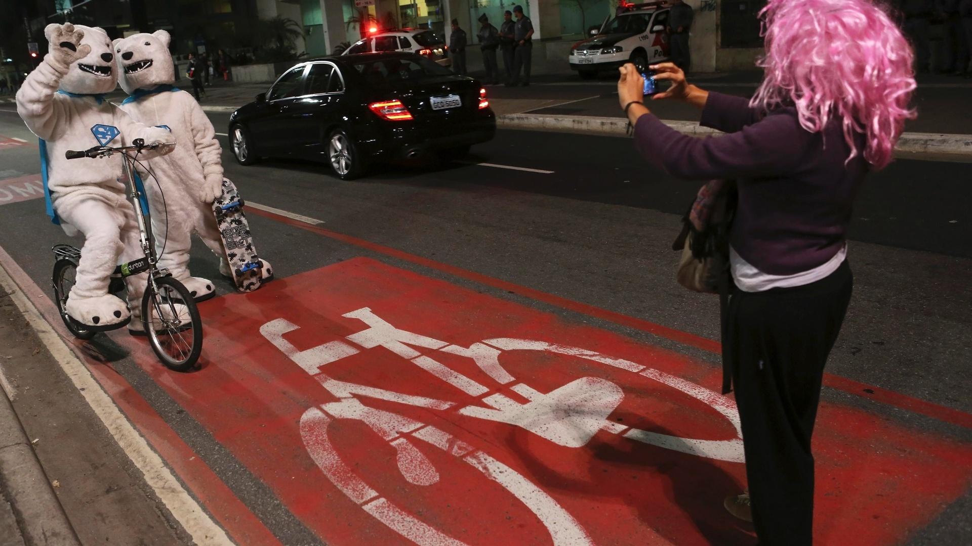 22.set.2014 - No Dia Mundial sem Carro, celebrado nesta segunda-feira (22), alguns ciclistas decidiram se fantasiar e sair às ruas, como este casal vestido com fantasias de urso polar, na Avenida Paulista, região central de São Paulo