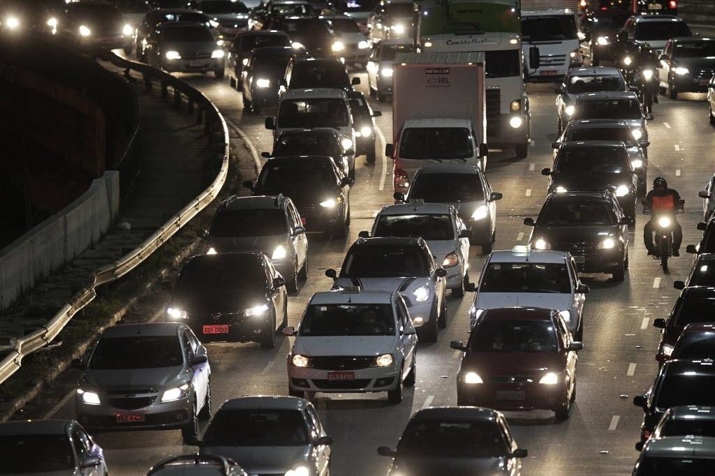 22.set.2014 - No Dia Mundial sem Carro, o trânsito era intenso no início da noite desta segunda-feira (22) na avenida Washington Luiz, próximo ao aeroporto de Congonhas, na zona sul de São Paulo. As principais vias da cidade apresentavam o mesmo panorama
