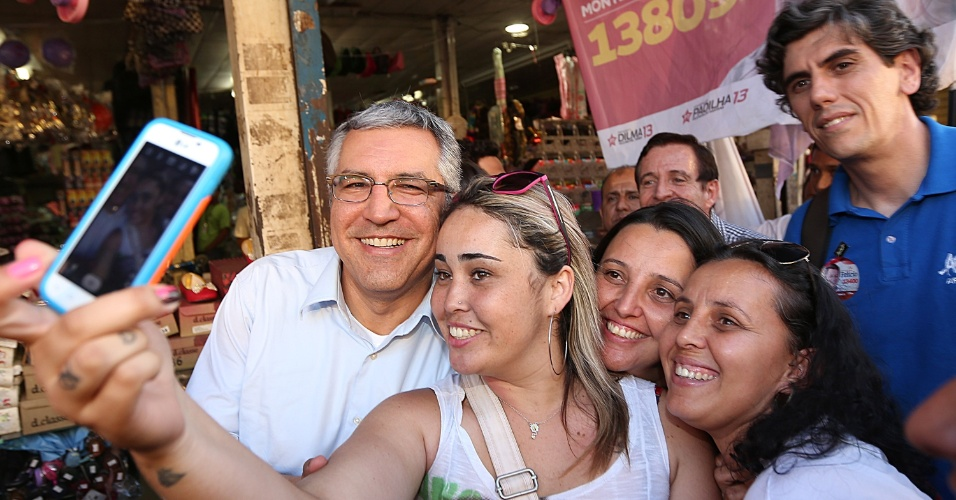 22.set.2014 - O candidato ao governo de São Paulo Alexandre Padilha (PT) faz pose pra selfie com eleitoras durante caminhada no centro da cidade. Nesta segunda-feira, Padilha retrucou as críticas feitas pelo candidato a reeleição Geraldo Alckmin (PSDB) e disse que o partido do concorrente conviveu com esquema de corrupção por 15 anos