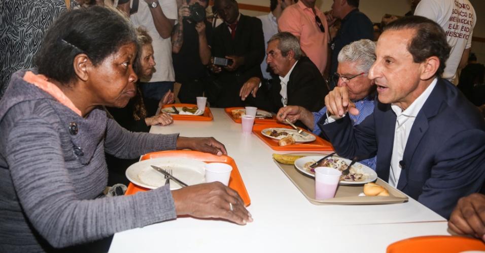 22.set.2014 - O candidato ao governo de São Paulo Paulo Skaf (PMDB) almoça no restaurante popular Bom Prato, no bairro do Brás na região central de São Paulo nesta segunda-feira.