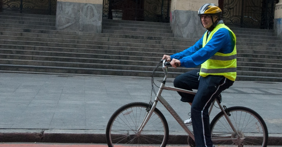 22.set.2014 - O senador Eduardo Suplicy, candidato à reeleição neste ano, anda de bicicleta por ciclovia do centro de São Paulo na manhã desta segunda-feira (22). Suplicy acompanhou o prefeito Fernando Haddad em pedalada do Dia Mundial Sem Carro