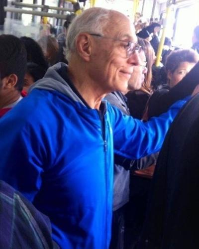22.set.2014 - O senador Eduardo Suplicy, que concorre à reeleição neste ano, anda de ônibus em São Paulo no Dia Mundial Sem Carro. Em seu perfil no Facebook, ele reclamou que o ônibus que pegou na avenida Rebouças