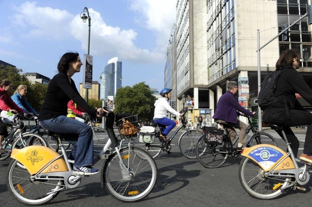 21.set.2014 - Pessoas andam de bicicleta pelas ruas do centro de Bruxelas, na Bélgica, na Semana da Mobilidade. O centro da capital belga foi transformado em uma zona livre de carros, na qual apenas moradores podem trafegar com veículos. Mesmo assim, a velocidade na área foi limitada a 30 km/h