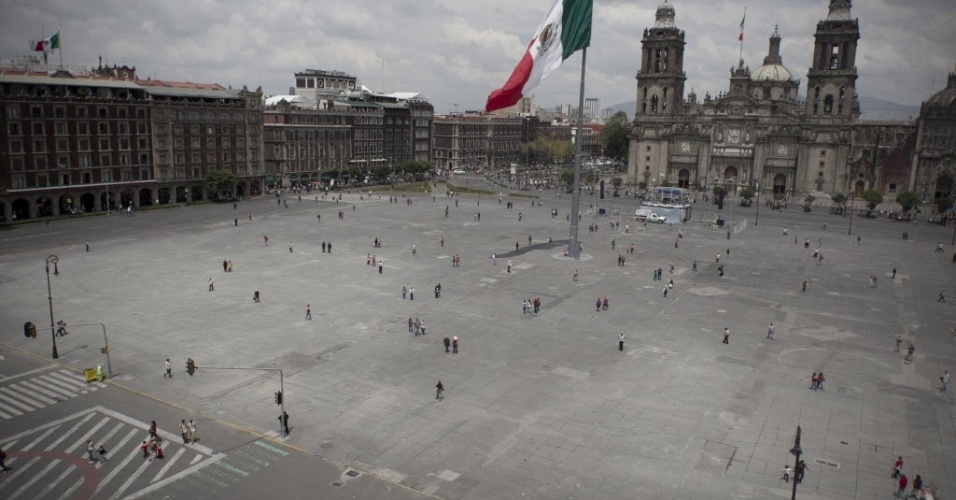 22.set.2014 - Pessoas caminham pelas ruas vazias que cercam a praça da Constituição, no centro da Cidade do México. Por conta do Dia Mundial sem Carro, as autoridades locais proibiram a circulação de automóveis pela área, sendo permitida apenas a passagem de pedestres e ciclistas